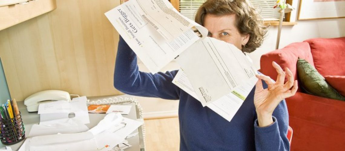 1140-woman-tears-up-bills.imgcache.rev.web.700.399